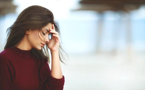 女性がストレスを抱えている画像