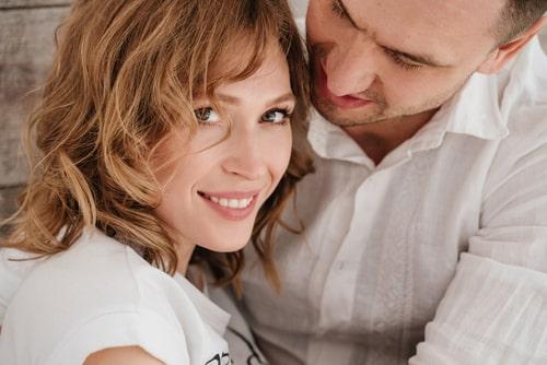 女性が男性に愛されている画像