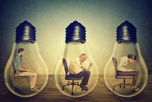 電球に閉じ込められている人の画像