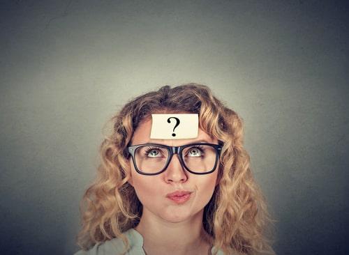 女性が何かに疑問を抱いている画像