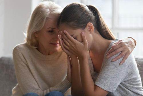 女性が悲しんでいる画像