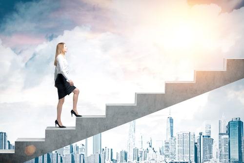 女性が階段を登っている画像