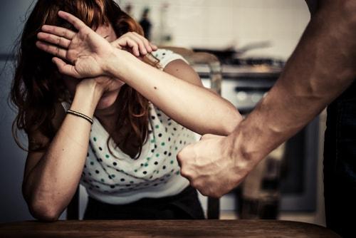 男性が女性に暴力を奮っている画像