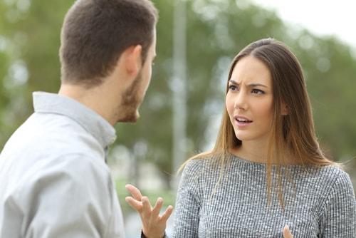 男性と女性が喧嘩をしている画像