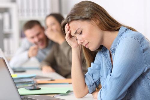 女性が職場でいじめを受けている画像