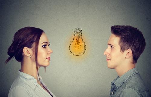 女性と男性が閃いた画像