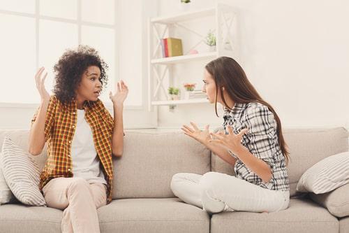 女性同士が喧嘩している画像