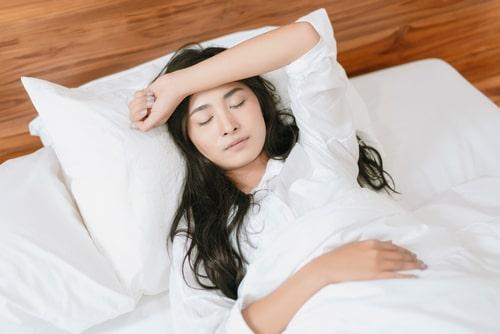 女性が寝ている画像