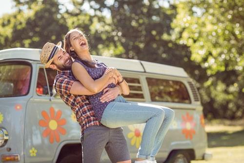 男性と女性が楽しそうにしている画像