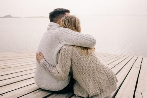 男女が抱き合っている画像