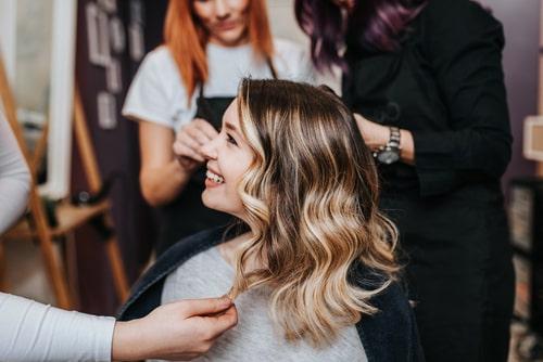 女性がヘアメイクしている画像