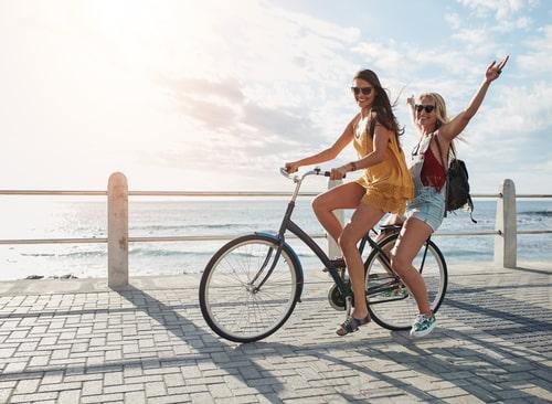 女性たちが楽しそうに自転車に乗っている画像