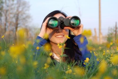 女性が何かを探している画像