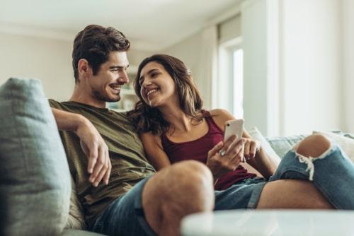 女性と男性が仲良く話している画像