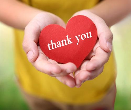 女性が感謝を伝えている画像