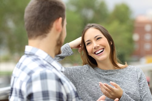 女性と男性が会話している画像