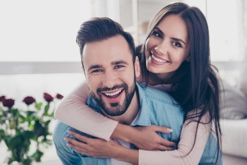 男性が女性をおんぶしている画像