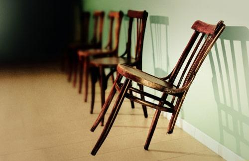 壊れている椅子の画像