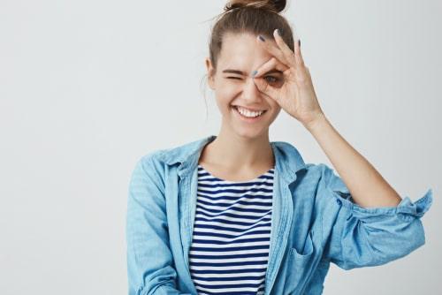 女性が笑っている画像