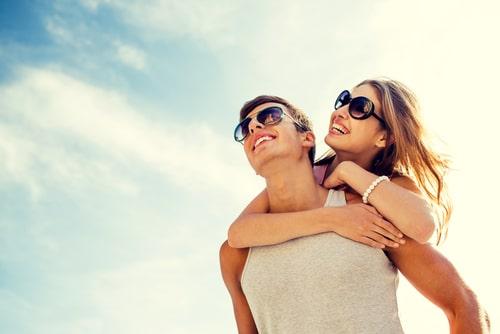女性と男性が楽しそうにしている画像