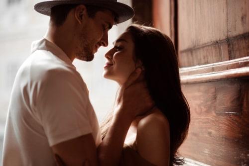 男性と女性が愛し合っている画像