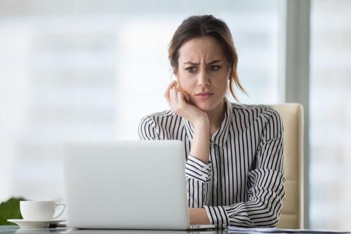 女性が何か考え事をしている画像