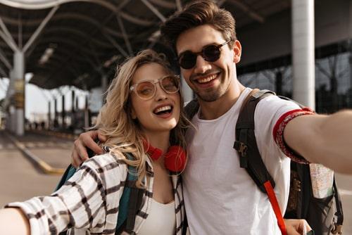 女性と男性が体を近づけ合って写真を撮っている画像